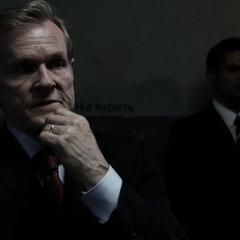 Ellis escucha las acusaciones de Olshenko.