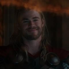 Thor le sonríe a Foster mientras es tratada mediante el Lector de Almas.