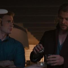 Thor le ofrece unas bebidas a Rogers.