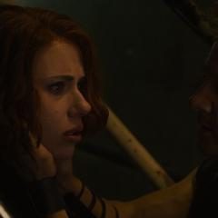 Barton viendo a Romanoff traumatizada por Wanda.