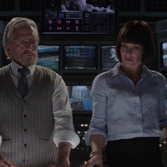 Pym le revela los planos del túnel cuántico a Hope.