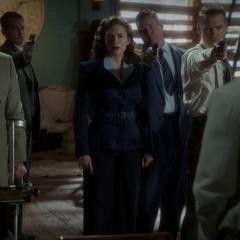 Carter y sus colegas ven a Stark entregarse.