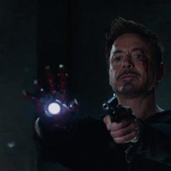 Stark recupera piezas del Mark XLII para escapar.