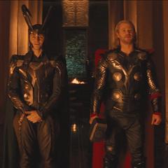 Thor y Loki se preparan para la coronación.