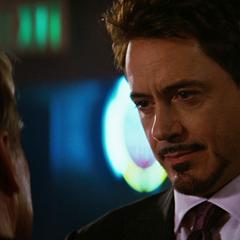 Stark le comenta Ross sobre la formación de un equipo.