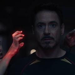 Wanda manipula la mente de Stark.