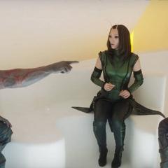 Mantis observa a Drax reírse de Quill.