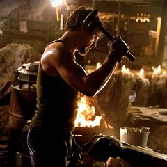 Stark construye una armadura.