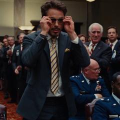 Stark despidiéndose del Senado tras avergonzar a Hammer.