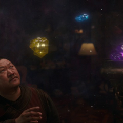 Wong le explica a Stark y Banner las Gemas del Infinito.