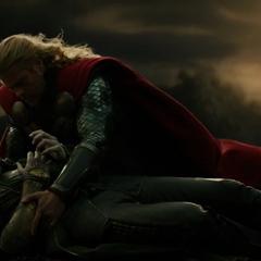 Loki finge su muerte frente a Thor.