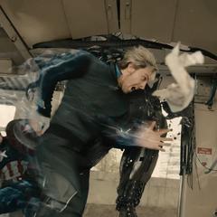 Pietro ataca a Ultrón dentro del tren.