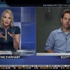 Lang es entrevistado por Everhart.