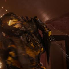Cross es comprimido por su propio Traje de Yellowjacket.