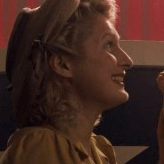 Fernanda Toker como Madre en un puesto de periódicos
