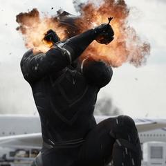 T'Challa recibe flechas explosivas por Barton.