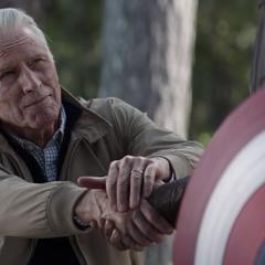Rogers le confía el manto del Capitán América a Wilson.