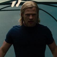 Thor enfrenta a los agentes de S.H.I.E.L.D.