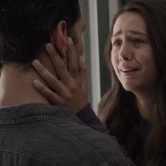 Cassandra se sorprende por ver de nuevo a su padre.