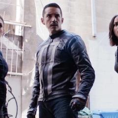 Johnson, Rodriguez y Reyes atacan la Sede de la Pandilla de Chinatown.