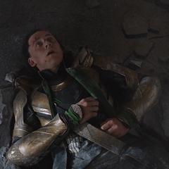 Loki es derrotado por Hulk.