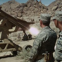 Rhodes viendo el proyecto de Stark con otros militares.