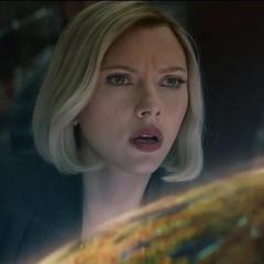Romanoff viendo un holograma de Titán II.
