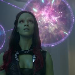 Gamora viendo las proyecciones de las Gemas del Infinito.