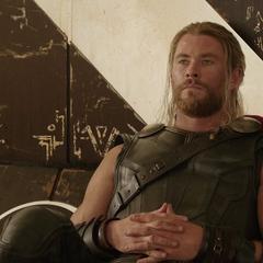 Thor ignora los comentarios de Loki.