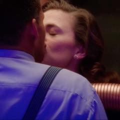 Carter es besada por Wilkes.