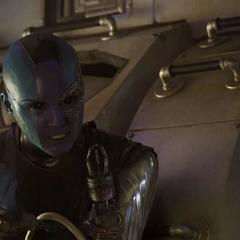 Nebula le pide a Groot que la libere para ayudar a Rocket.
