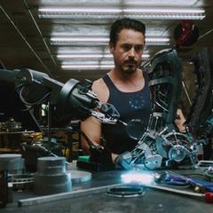 Stark comienza a construir un traje más avanzado.