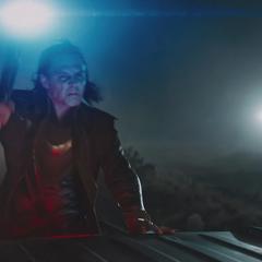 Loki usa su Cetro para derribar el helicóptero de Fury.