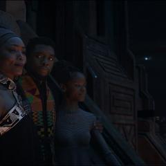 T'Challa, Ramonda y Shuri celebran en Wakanda.