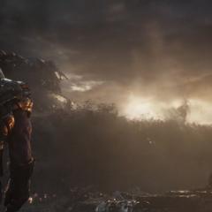 Midnight y Glaive observan a Thanos antes de morir desintegrados.