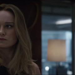 Danvers escucha la discusión entre Rogers y Stark.