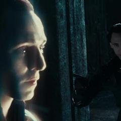 Loki crea una ilusión de sí mismo en la batalla.