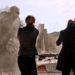 Talos y Soren le disparan a Sandman.
