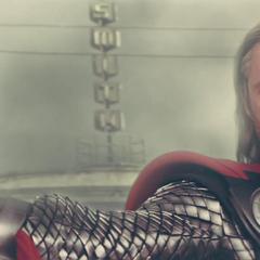 Thor recupera el Mjolnir antes de confrontar al Destructor.