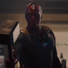Visión levanta el Mjolnir para entregárselo a Thor.