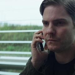 Zemo escucha el mensaje de voz de su esposa en el aeropuerto.