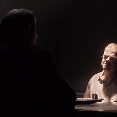 Zola es interrogado por Phillips.