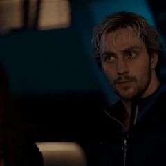 Pietro y Wanda escuchan a Visión y los Vengadores.