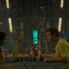 Quill ideando un plan con Rocket y Gamora para escapar del Kyln.