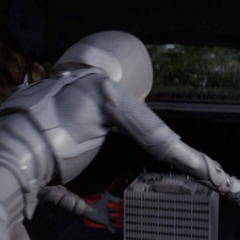 Starr roba el laboratorio tras matar a Stoltz.