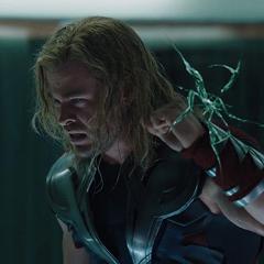 Thor dentro de la celda presencia la muerte de Coulson.