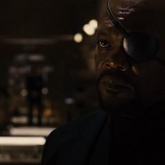 Fury saluda a Selvig y le informa la razón de su reunión.