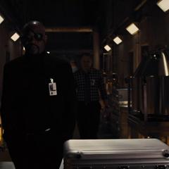 Fury a punto de enseñarle a Selvig el Teseracto.