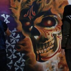 Reyes observa los graffitis sobre el Vengador Fantasma.
