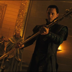 Loki sostiene el Gungnir.